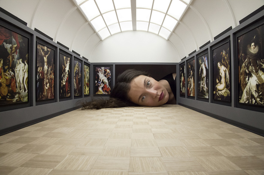 giant-heads-in-art-gallery-falsification-tezi-gabunia-11